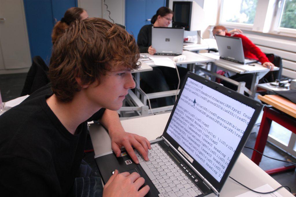 Ein junger Mann arbeitet am Laptop.