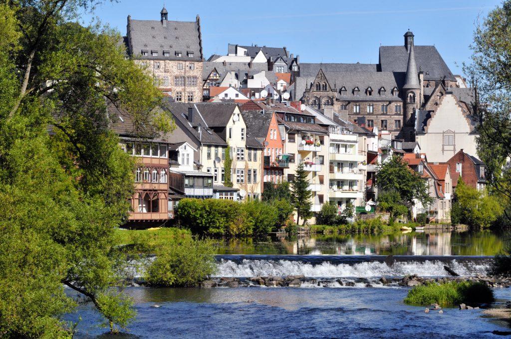 Fotografie der Lahn mit der Marburger Oberstadt im Hintergrund